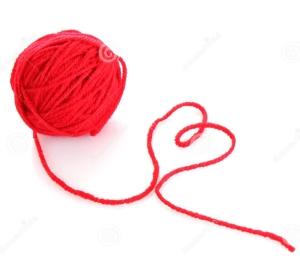 bola-roja-de-la-cuerda-de-rosca-roja-de-lana-aislada-17862030